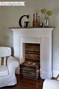 kominek z drewnianą skrzynką z drewnem i światełkami styl coastal rustykalny